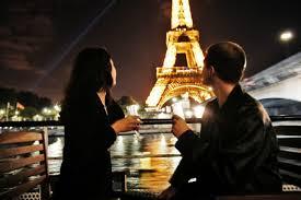 Amoureux devant la tour Eiffel en croisière Paris Canal
