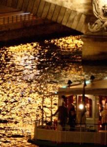 Un joli tour en bateau à Paris la nuit